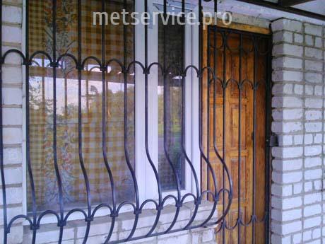 Оконная решётка с решётчатой дверью