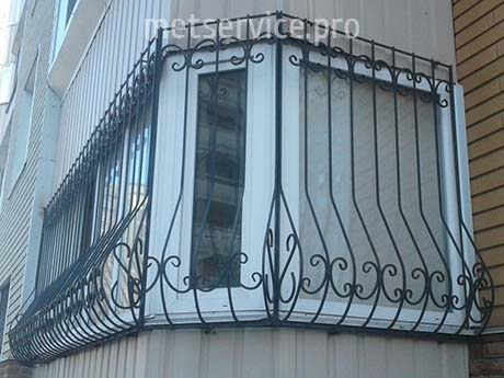 Решётки на окна углового балкона