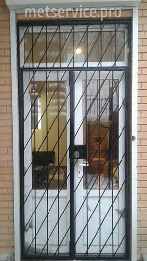 Внешние решётки на двери с замком