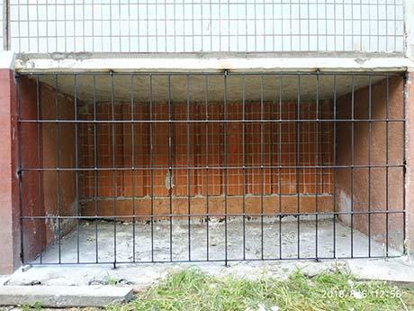 Прямая металлическая решётка под балкон