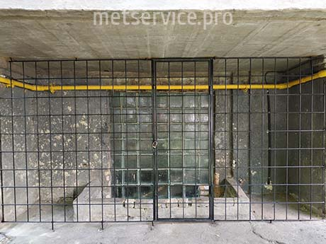 Прямая решётка с дверью под балкон