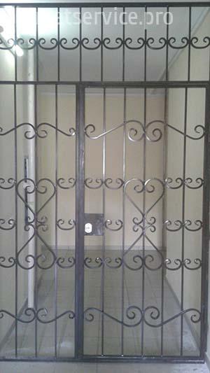 Решётчатые двери на лестничную площадку