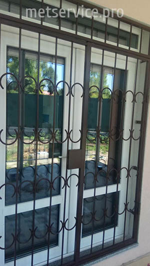 Защитные решётки на двери с замком